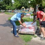 Ігор Молоток допоміг встановити нові лавки в сквері Кожедуба в Шостці (ФОТО)