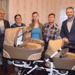 Народный депутат Игорь Молоток подарил маме из села Присеймья, которая родила тройню коляску